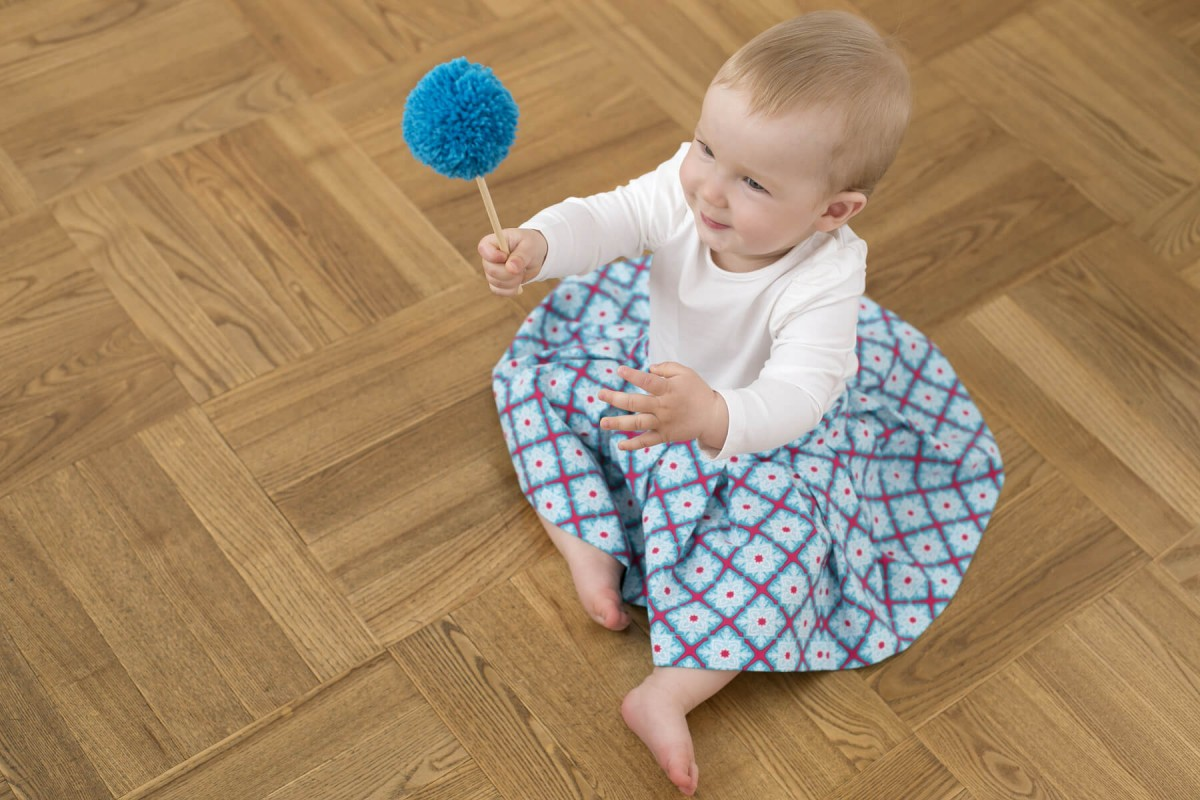 nannipung-seelik-väikelapsele-beebile-ruutudega-lõngapalliga
