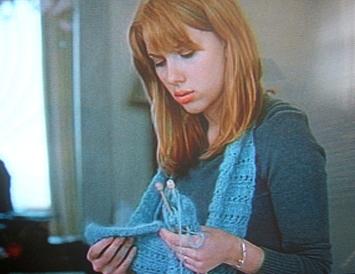 Scarlett-Johansson-Knitting